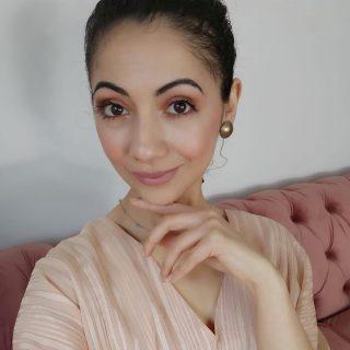 ✨GLOWUP✨   Hey ! J'espère que vous allez bien !! J'ai publié sur ma chaîne @youtube une nouvelle vidéo tuto : NUDE MAKEUP ✨   J'ai testé le coffret Enchanted Beauty de la marque @toofaced ! Et comment vous dire ???? Hum.... Toutes mes premières impressions sont dans la vidéo 😜  Le lien est dans ma bio 👆  Une pensée à @pro_training_models pour la pose de cette photo ! POKE : @armelle_ndjee 💖  ______________________________________________  #portrait #face #skin #person #hair #model #pretty #people #fashion #eyes #cute #smiling #spa #one #shoulder